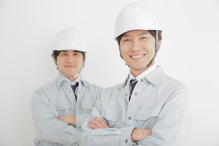 ヘルメットを被った男性二人